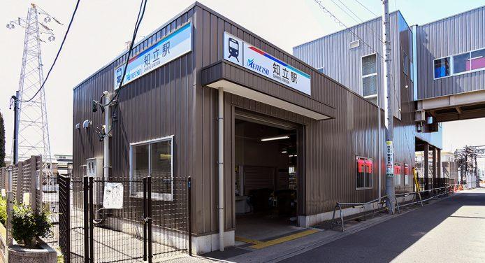 名鉄名古屋本線/三河線「知立駅」南口を出て右手に進みます。
